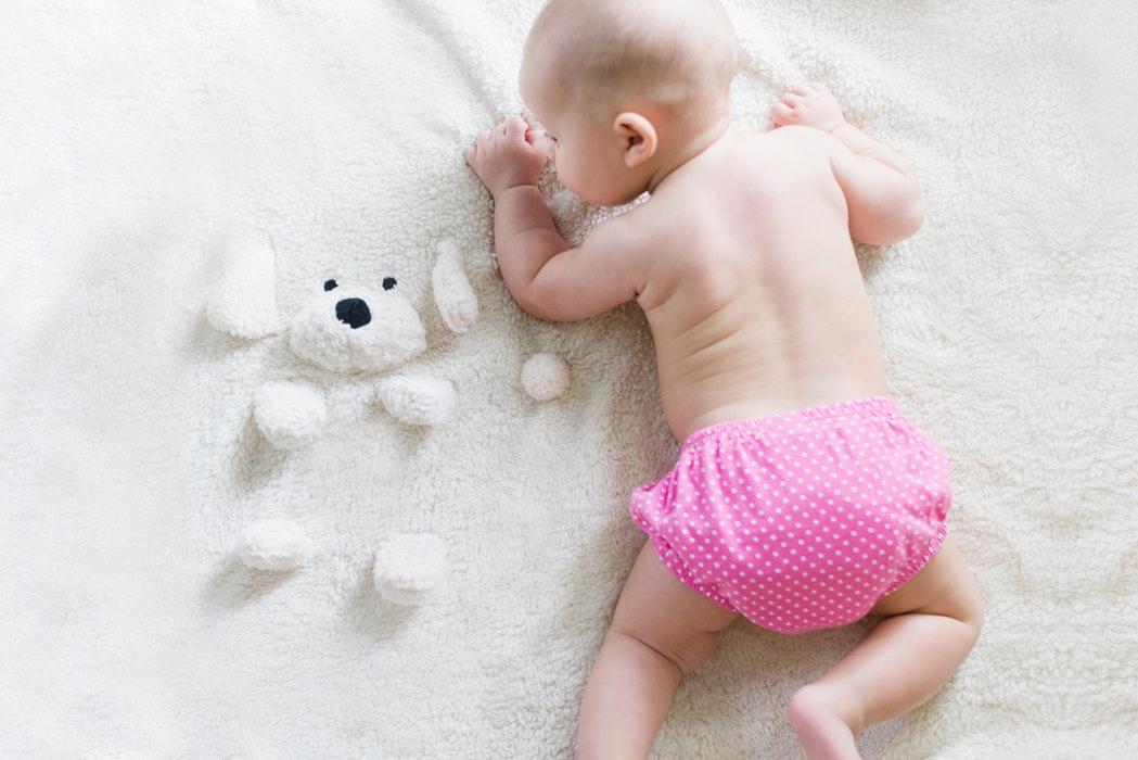 Bébé sur son transat ou bien sur son tapis d'éveil