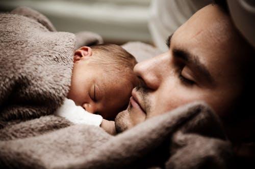 Père qui crée un lien intime avec son bébé