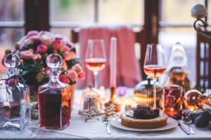 table de repas de fête avec alcool