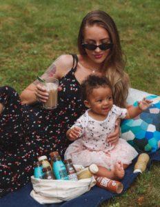 Tirer son lait dans un parc